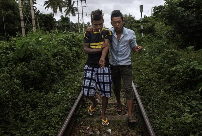 Ket cuc bi tham cua nhung nguoi san tim ngoc thach hinh anh 5 Hai con nghiện bước trên đường ray sau khi chích ma túy ở bang Kachin.