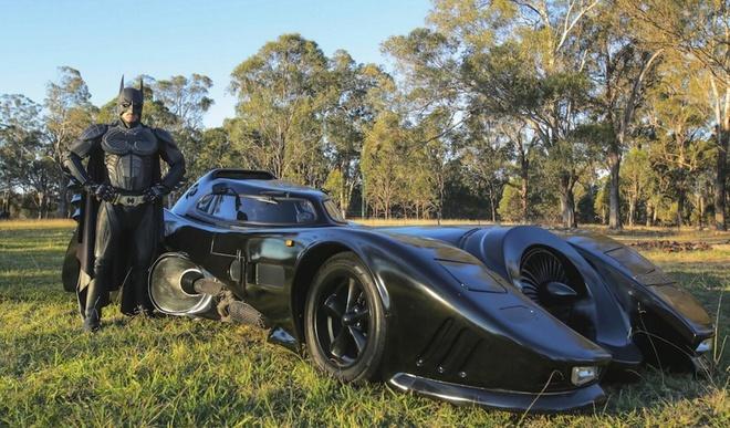 Loat anh ngoan muc nhat trong nam 2014 (ky 4) hinh anh 4 Zac Mihajlovic, một game thủ 29 tuổi ở Australia, tạo dạng trong bộ trang phục Người Dơi bên cạnh chiếc xe Batman tự chế. Ảnh: Barcroft
