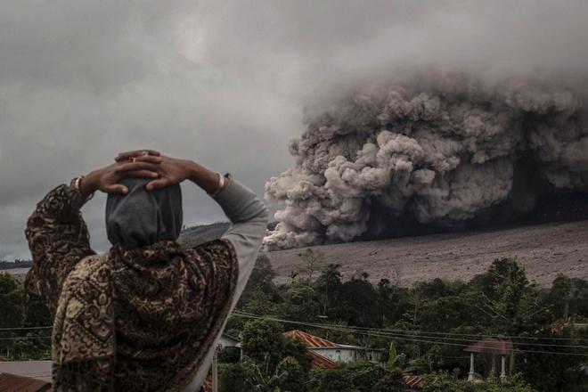 Loat anh ngoan muc nhat trong nam 2014 (ky 4) hinh anh 5 Đám tro bụi khổng lồ từ núi lửa Sinabung tràn xuống huyện Karo, tỉnh South Sumatra, Indonesia vào ngày 3/11/2014. Ảnh: Barcroft
