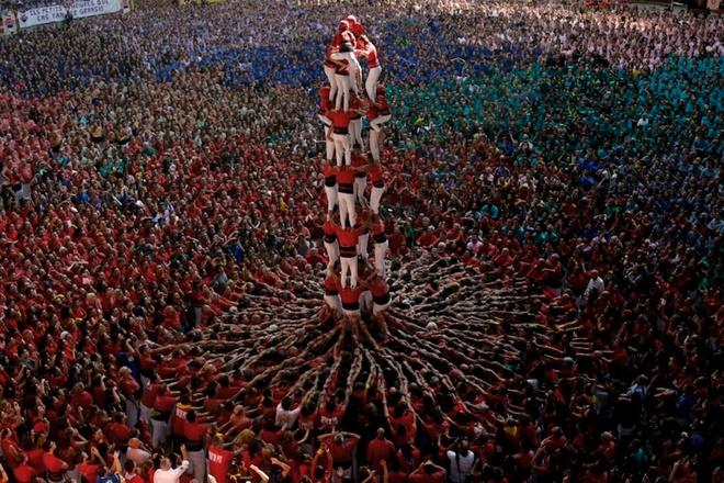 Loat anh ngoan muc nhat trong nam 2014 (ky 4) hinh anh 6 Hàng nghìn người tham gia cuộc thi dựng tháp người ở thành phố Tarragona, Tây Ban Nha, vào ngày 5/10/2014.Ảnh: Barcroft