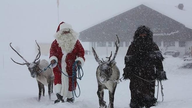 Schmutzli đi cùng ông già Noel trong dip lễ Giáng sinh ở  Thụy Sĩ. Ảnh: