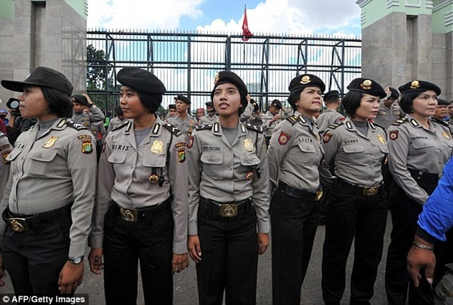 Nu canh sat Indonesia van chua thoat kiem tra trinh tiet hinh anh