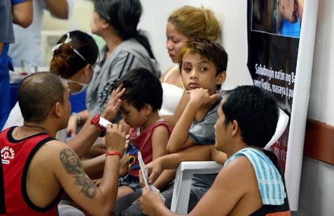 Những gười bị thương khi ngắm pháo hoa đêm giao thừa chờ đến lượt điều trị tại một bệnh viện ở thủ đô Manila. Ảnh: