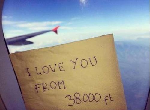 Nu tiep vien QZ8501 viet thong diep yeu thuong tren troi hinh anh 1