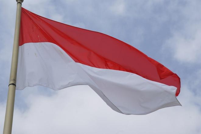Cuoc song giau sang o dat nuoc nho thu nhi the gioi hinh anh 9 Quốc kỳ của Monaco gần giống với quốc kỳ của Indonesia. Sự khác biệt duy nhất là lá cờ của Indonesia rộng hơn. Màu đỏ và trắng là những màu sắc biểu tượng của dòng họ Grimaldi.