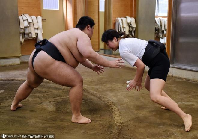 Phu nu Nhat Ban tap mon vat sumo hinh anh