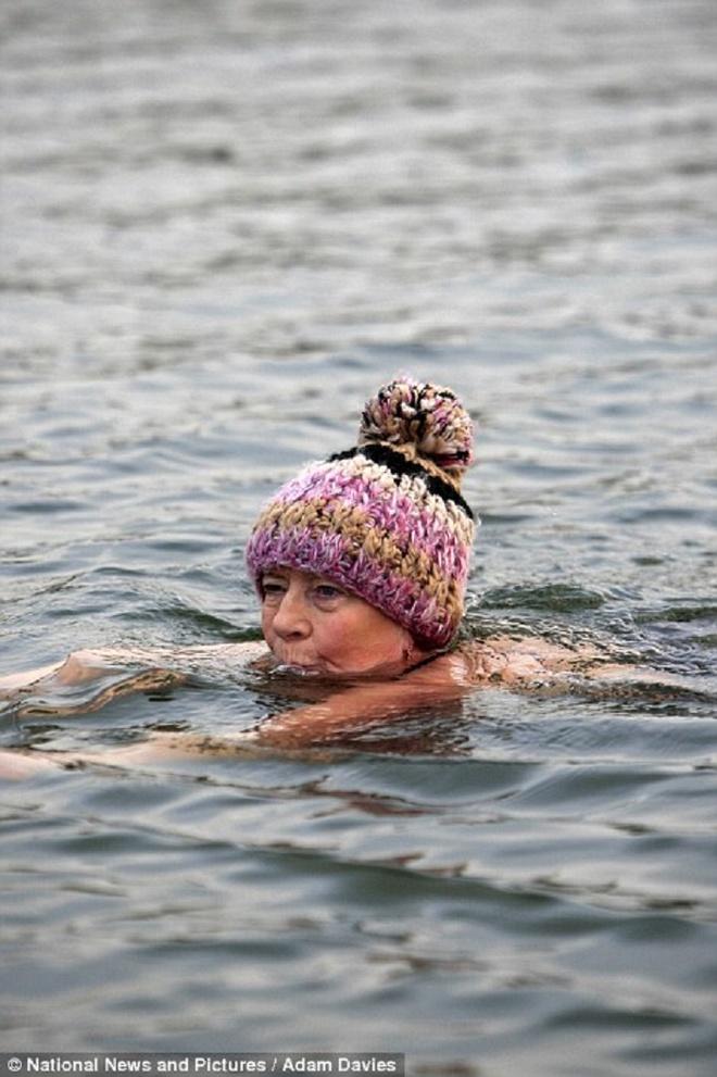 Bien dong bang trong dot tuyet roi dai nhat trong nam o Anh hinh anh 13 Một phụ nữ lớn tuổi thử thách khả năng chịu lạnh của bản thân bằng cách ngâm mình trong hồ Serpentine ở thành phố Londonn khi nhiệt độ không khí dao động ở mức đóng băng.