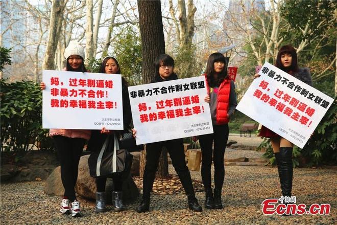 Phu nu doc than dieu hanh de chong ap luc lay chong hinh anh 1 Ngày 4/32, các cô gái ở thành phố Thượng Hải, Trung Quốc, biểu tình nhằm phản đối phụ huynh ép họ kết hôn.