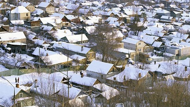 Tuyet mau cam xuat hien o Nga hinh anh 1 Tuyết màu cam phủ kín các mái nhà trong thành phố Saratov. Ảnh: RIA Novosti/Alexander Liskin