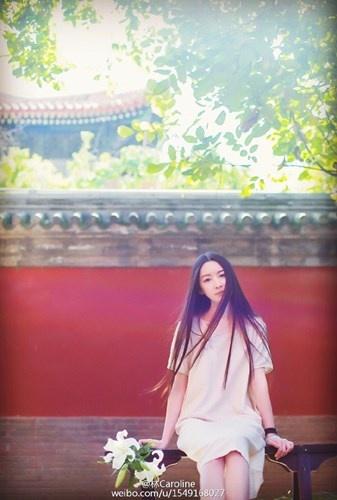 Nu hoa si co ve dep nhu tranh hinh anh 2 Trên thực tế, cô là Lý Hiểu Lâm, một họa sĩ mới nổi ở Trung Quốc.