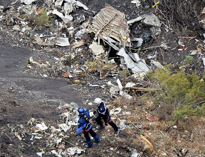 Phi co Duc khong no trong qua trinh roi hinh anh 1 Hai nhân viên cứu hộ tại hiện trường của vụ tai nạn máy bay trên dãy núi Alps. Ảnh: Bộ Nội vụ Pháp