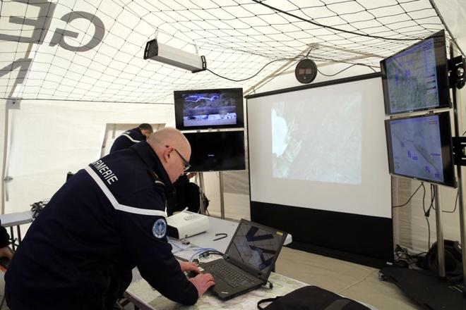 Cong viec cua nha dieu tra tai hien truong tham kich 4U9525 hinh anh 12 Một hiến binh nhập dữ liệu về nạn nhân vào máy tính trong lều gần hiện trường. Ảnh: EPA
