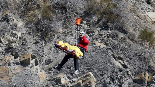 Cong viec cua nha dieu tra tai hien truong tham kich 4U9525 hinh anh 10 Nhân viên cứu hộ đưa tử thi của một nạn nhân lên trực thăng.