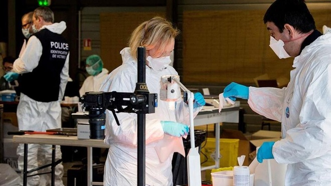 Cong viec cua nha dieu tra tai hien truong tham kich 4U9525 hinh anh 9 Nhóm chuyên gia pháp y lấy mẫu DNA của nạn nhân trong một lều gần hiện trường. Ảnh: AFP