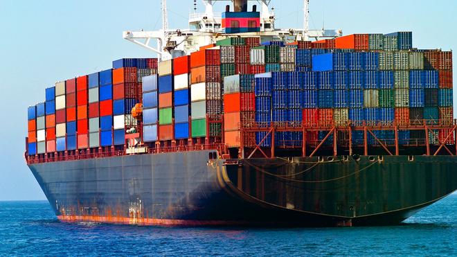 Can canh may phat dien to bang toa nha 4 tang hinh anh 1 Tàu container là những phương tiện to và nặng nhất di chuyển trên biển.