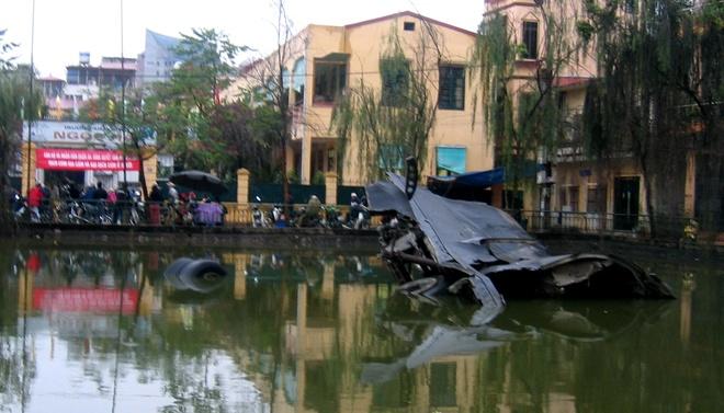Chuyen bo doi diet 'phao dai bay' dau tien cua My hinh anh 2 Xác B-52 ở hồ Hữu Tiệp, Hà Nội, một bằng chứng cho thấy