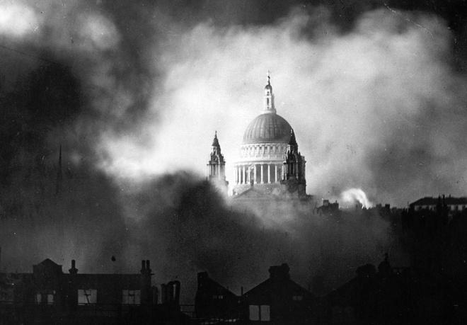 Tran thua dau cua phat xit Duc tren bau troi Anh hinh anh 1 Mái vòm của nhà thờ thánh Paul (phần không bị hư hại) tại London, Anh hiện lên bất khuất giữa khói lửa khắc nghiệt trong đợt Không quân Đức tấn công ngày 29/12/1940