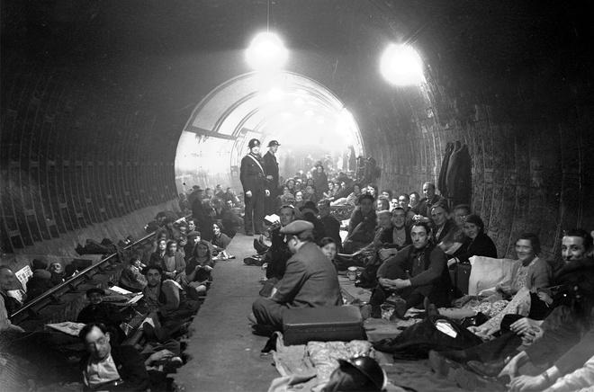 Tran thua dau cua phat xit Duc tren bau troi Anh hinh anh 4 Người dân trú ẩn trong ga tàu điện ngầm Aldwych, London sau khi còi báo động vang lên, cảnh báo về các cuộc ném bom sắp diễn ra