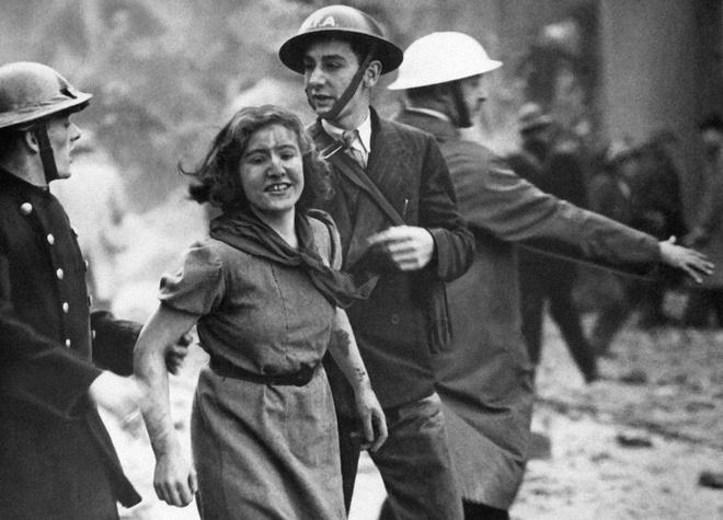 Tran thua dau cua phat xit Duc tren bau troi Anh hinh anh 5 Nụ cười của cô gái được cứu sống trong đống nổ nát của một tòa nhà sau cuộc đột kích bằng bom của quân đội Đức.
