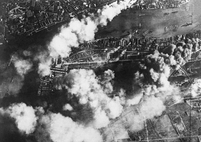 Tran thua dau cua phat xit Duc tren bau troi Anh hinh anh 9 Hậu quả của một cuộc tấn công tập trung lớn của không quân Đức Đức, trên London dock và ngành công nghiệp huyện, trên 07 tháng 9, 1940. Các nhà máy, kho tàng đã bị hư hại nghiêm trọng; các nhà máy tại Docks Thắng (dưới bên trái) cho thấy thiệt hại rèn lửa.