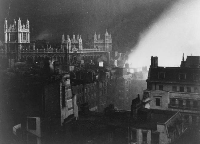 Tran thua dau cua phat xit Duc tren bau troi Anh hinh anh 10 Văn phòng lưu trữ hồ sơ tại London ngập trong khói lửa