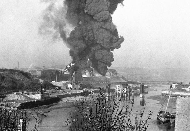 Tran thua dau cua phat xit Duc tren bau troi Anh hinh anh 3 Cột khói lớn cuồn cuộn bốc lên từ một đám cháy bắt nguồn tại Plymouth, Tây Nam nước Anh khi vùng này bị quân đội Đức bắn phá.