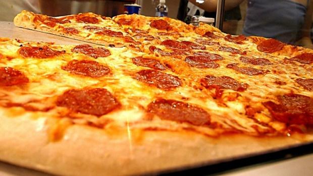 Canh sat My phat banh pizza cho hanh khach mac ket hinh anh