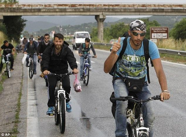 Canh nguoi dan Iraq, Syria phong xe dap de tron chien tranh hinh anh