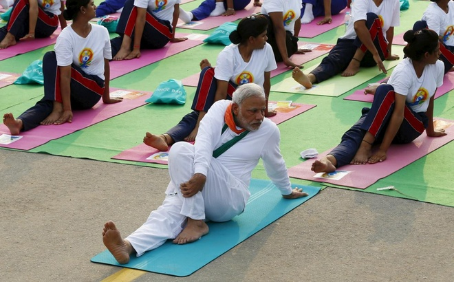 Thu tuong An Do tap yoga cung nguoi dan hinh anh