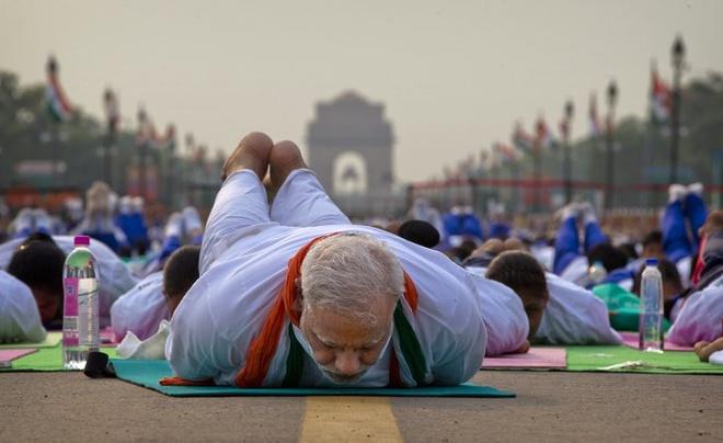 Thu tuong An Do tap yoga cung hang van nguoi dan hinh anh