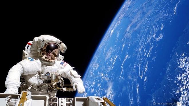 Ben trong phong dieu khien tuyet mat cua NASA hinh anh