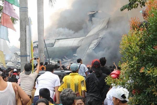 Vi sao may bay Indonesia lien tuc gap su co? hinh anh 1 Cận cảnh phần thân máy bay Herchules C-130 trong vụ tai nạn hồi tháng 6. Ảnh: