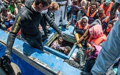 Ganh nang nhap cu: Chau Au linh du do sai lam cua My? hinh anh 1 Người Libya nhồi nhét trên một con thuyền di cư sang Italy. Ảnh: Polaris