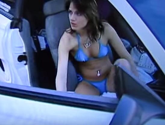 Canh sat chan nu tai xe mac bikini hinh anh