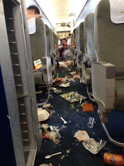 Nhung tai nan cua Airbus 321 hinh anh 5 Ngày 6/8,  phi cơ A321 mang số hiệu VN615 của Vietnam Airlines từ Hà Nội sang Bangkok (Thái Lan) gặp sự cố. Khi đang bay ở độ cao 10.973 m, phi cơ rơi vào vùng nhiễu động và rơi tự do 122 m. Sự cố khiến một hành khách đau chân và 2 tiếp viên bị choáng. Toàn bộ đồ đạc trên máy bay cũng đổ nghiêng ngả. Chuyến bay sau đó hạ cánh an toàn tại sân bay Suvarnabhumi, Bangkok. Ảnh: Twitter/VTCNews