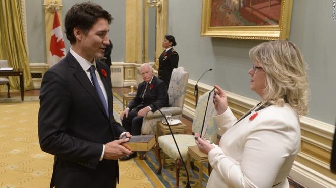 Chuyen tham cua ong Tap toi Viet Nam vao top anh an tuong hinh anh 2 Tân Thủ tướng Canada Justin Trudeau đọc lời thề khi ông tuyên thệ nhậm chức tại hội trường lớn Rideau ở thủ đô Ottawa hôm 4/11. Vừa nhậm chức, ông Trudeau đã có những thay đổi lớn trong nội các khi bổ nhiệm một nửa bộ trưởng là phụ nữ. Hôm 5/11, tân thủ tướng Canada còn gây chú ý khi sử dụng xe buýt để đi làm trong ngày đầu tiên trên cương vị mới. Ảnh: AP