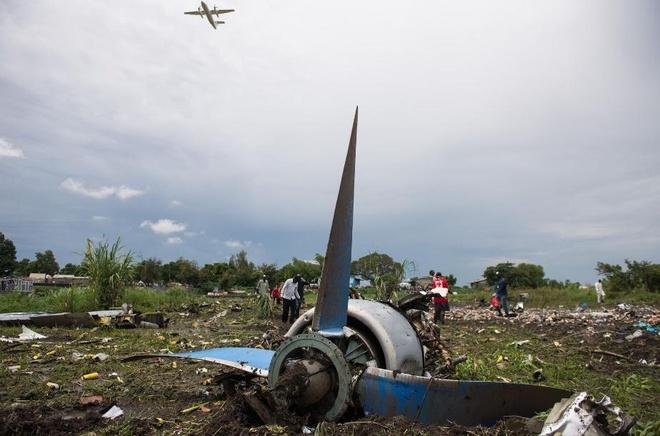 Chuyen tham cua ong Tap toi Viet Nam vao top anh an tuong hinh anh 5 Người dân tới hiện trường vụ máy bay chở hàng rơi gần sân bay quốc tế tại thành phố Juba, Nam Sudan hôm 4/11. Ateny Wek Ateny, người phát ngôn của văn phòng tổng thống Nam Sudan, cho biết phi cơ chở 18 người, gồm 12 hành khách Nam Sudan và 6 thành viên phi hành đoàn. Một nguồn tin khác khẳng định, lực lượng cứu hộ phát hiện 41 thi thể, gồm cả những người tử nạn dưới mặt đất. Ba người còn sống sau tai nạn gồm 2 hành khách và bé sơ sinh chưa đầy một tuổi. Ảnh: Getty