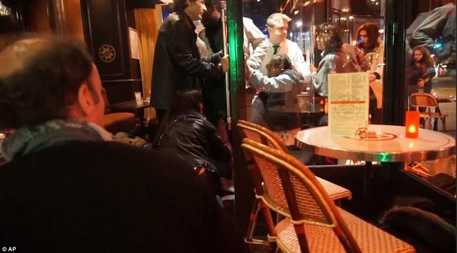 Dan Phap chay loan khi tuong niem o Paris vi nghi xa sung hinh anh 7