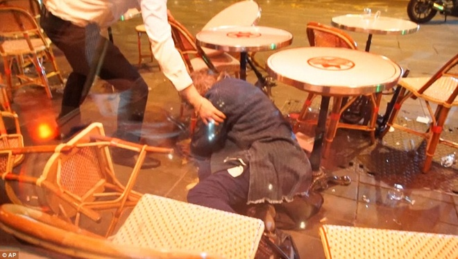 Dan Phap chay loan khi tuong niem o Paris vi nghi xa sung hinh anh 9