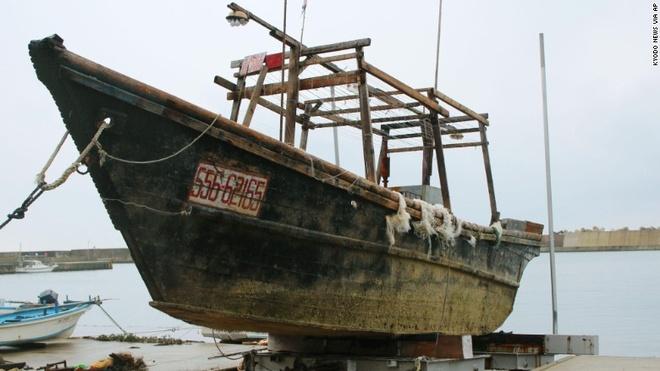 Nhat dieu tra nhung con tau bi an dat vao bo bien hinh anh 1 Một con tàu được tìm thấy hồi giữa tháng 11 ở bán đảo Noto, thuộc tỉnh Ishikawa của Nhật Bản. Ảnh:  Kyodo News/AP