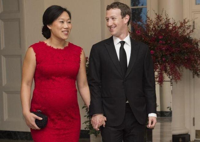 Mark Zuckerberg nghi hai thang de o ben con gai hinh anh 1 Mark Zuckerberg và vợ Priscilla Chan. Ảnh: AFP