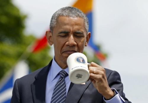 Nhung mon qua Obama khong the nhan hinh anh 1 Tổng thống Obama đang quan sát một chiếc cốc dành tặng cho mình. Ảnh: Reuters