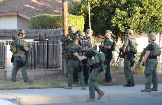 Nhan chung hoang so khi thay nhieu xac chet sau vu xa sung hinh anh 1 Cảnh sát có mặt tại hiện trường vụ nổ súng. Ảnh: NY Times