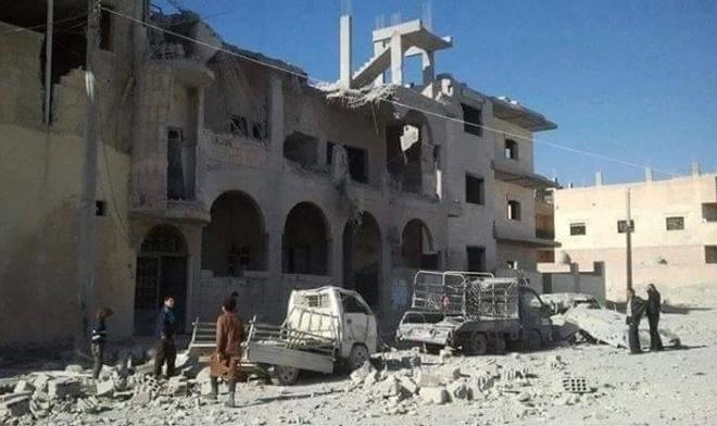 Nguoi Syria duoi truong IS keu cuu hinh anh 1 Một tòa nhà ở thành phố bị hư hại sau cuộc không kích. Ảnh: RBSS
