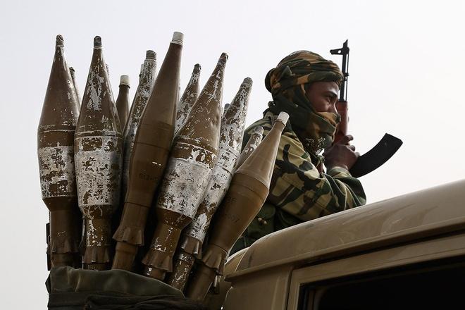 Một binh lính người Chad mang theo vũ khí tham gia chiến đấu ở Nigeria, nơi Ảnh: Reuters