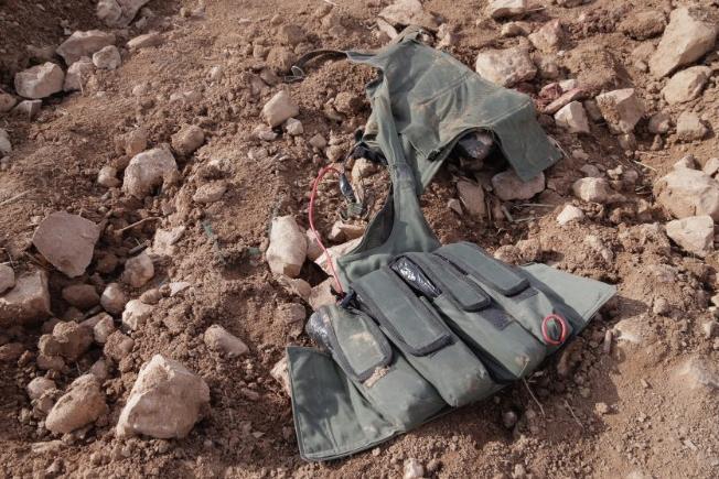 Thiết bị nổ trên áo của phiến quân IS. Ảnh: CNN