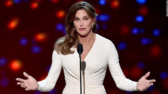 Cựu vận động viên điền kinh từng giành huy chương vàng Olympic Bruce Jenner công khai việc chuyển giới thành nữ với tên Caitlyn Jenner ở tuổi 65. Câu chuyện của Jenner từng khiến báo giới phương Tây hao tốn nhiều giấy mực. Cùng với việc công bố chuyển giới, cựu vận đông viên đã tô chức các hoạt động đối thoại về vấn đề bình đẳng giới trong cộng đồng LGBT. Ảnh: Getty