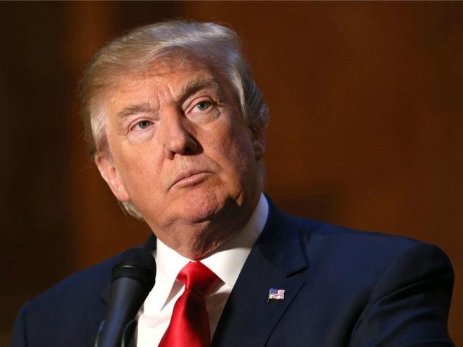 Ông trùm bất động sản và truyền hình thực tế Donald Trump là người chiếm ưu thế trong nhóm các ứng viên tổng thống muốn giành đề cử của đảng Cộng hòa trong cuộc chạy đua vào Nhà Trắng năm 2016. Tỷ phú 68 tuổi gây tranh cãi với các ý kiến gây sốc về tình trạng di cư, kiểm soát súng và phụ nữ. Trước đó, vào năm 2000 và 2012, tỷ phú 68 tuổi từng nêu ý định tranh cử, nhưng sau đó được xác nhận chỉ là lời nói đùa. Ông Trump hiện sở hữu khối bất động sản, sân golf và nhiều tài sản khác có giá trị lên tới hàng tỷ USD. Ảnh: AP