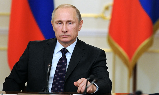 """Tổng thống Nga Vladimir Putin là người vực dậy vị thế siêu cường của nước Nga bất chấp lệnh trừng phạt của phương Tây. Ông cũng là người quyết định tham gia chiến dịch không kích chống khủng bố ở Syria.  Là trung tâm của những biến động chính trị thế giới, Tổng thống Nga đã """"đánh bại"""" Tổng thống Mỹ Barack Obama và nữ Thủ tướng Đức Angela Merke để trở thành người quyền lực nhất thế giới năm 2015. Đây là lần thứ ba ông Putin được vinh danh vị trí này trong danh sách của tạp chí Forbes. Ảnh: AP"""