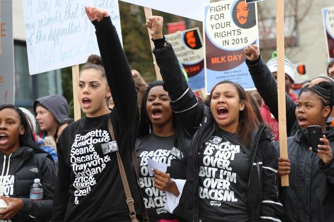 Các nhà hoạt động của nhóm Black Lives Matter đã tổ chức nhiều cuộc tuần hành nhằm phản đối tình trạng phân biệt đối xử người Mỹ gốc Phi. Hoạt động này trở thành thách thức với các ứng viên tranh cử tổng thống trong các vấn đề liên quan đến chủng tộc và hành vi bạo lực của cảnh sát. Ảnh: wocfsc.com